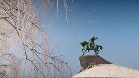 Fallender Schnee nahe Monument zu Salavat Yulaev in Ufa am schönen sonnigen Tag des Winters stock video footage
