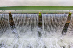 Fallender Strom des Wassers Stockfotos