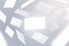 Fallendes Designmodell der leeren Visitenkarten Stockbild