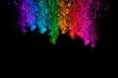 Fallendes farbiges Pulver lokalisiert auf schwarzem Hintergrund lizenzfreie stockfotos