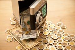 Fallendes Geld vom Safe Stockbild