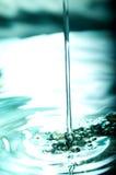 Fallendes Wasser Lizenzfreie Stockfotos