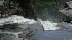 Fallendes Wasser in den Bergen stock video footage
