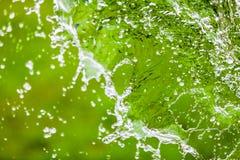 Fallendes Wasser spritzt über grünem abstraktem Hintergrund mit Raum FO Lizenzfreies Stockfoto