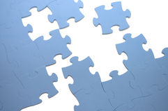 Fallengelassenes heraus Teil eines blauen Puzzlespiels stockbild
