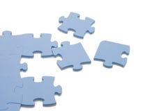 Fallengelassenes heraus Teil eines blauen Puzzlespiels stockfoto