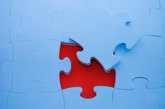 Fallengelassenes heraus Teil eines blauen Puzzlespiels stockfotos