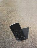 Fallengelassenes Smartphone, geknackt auf Kontakt Stockfoto