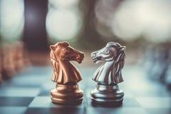 Faller den modiga showen för schack de modiga lilla styrkorna in i cirkeln Royaltyfria Foton