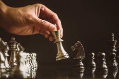 Faller den modiga showen för schack de modiga lilla styrkorna in i cirkeln Royaltyfri Bild