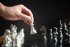 Faller den modiga showen för schack de modiga lilla styrkorna in i cirkeln Royaltyfria Bilder