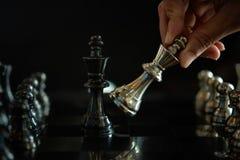 Faller den modiga showen för schack de modiga lilla styrkorna in i cirkeln Royaltyfri Foto