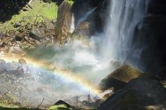 faller den vernal regnbågen Arkivfoto