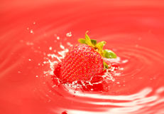faller fruktsaft egeer jordgubben Arkivfoton