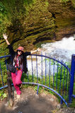 Faller jäkelden thailändska kvinnaståenden för handelsresanden med helvete s eller vattenfallet på Pokhara Fotografering för Bildbyråer