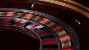 Faller snabb spring för rouletthjulet, den vita bollen arkivfilmer