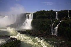 faller stora u vattenfall för iguaiguassuiguazu Arkivbild