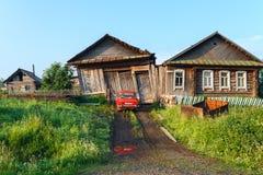 Fallfärdigt landshus med garaget och badet By Visim, Ryssland royaltyfria foton
