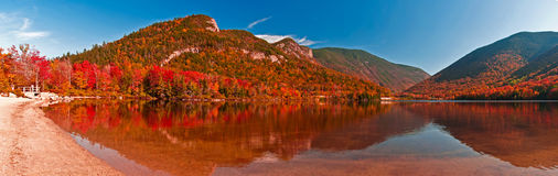Fallfärger på eko laken, New Hampshire Arkivbild
