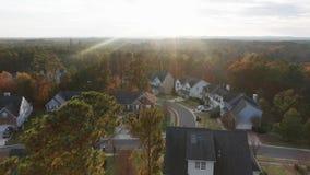 Fallfarben und -sonnenuntergang über Nachbarschaft vom Himmel stock video footage