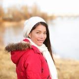 Fallfrau, die Spätherbst/Winter am See genießt Stockfotografie
