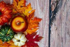 Fallherbst-Hintergrundszene mit Apfel und Kürbisen lizenzfreie stockbilder