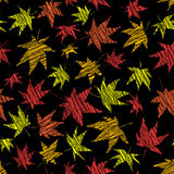 Fallhintergrund mit verkratzten Ahornblättern Nahtloses Muster Stockfotografie