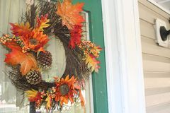 Fallkranz auf der Tür eines glücklichen Hauses Lizenzfreies Stockfoto