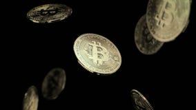 Fallling bitcoins op zwarte achtergrond Stock Fotografie