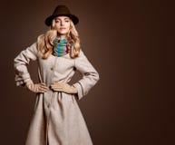 Fallmode Frau in Autumn Outfit Stilvoller Mantel Lizenzfreie Stockfotografie