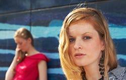 fallna flickor ut två Royaltyfri Fotografi