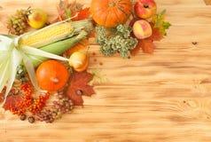 Fallnahrungsmittel, Ernte auf einem Holztisch Hintergrund Lizenzfreies Stockbild