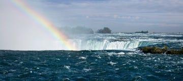 falls över regnbågen Arkivfoto