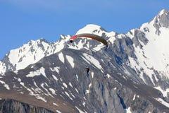Fallschirm gegen weiße Berge in den Pyrenees lizenzfreie stockbilder