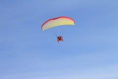 Fallschirm im Himmel Stockfotos