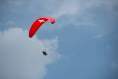 Fallschirm ist in der Luft stockbild