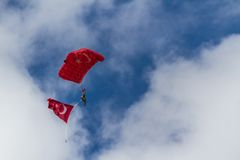 Fallschirm-Team an der Flugschau der türkischen Luftwaffe Lizenzfreie Stockfotos