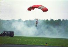 Fallschirmabsprung durch Veterane lizenzfreies stockbild