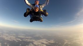 FALLSCHIRMABSPRUNG Skydiver im freien Fall stock video