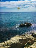 Fallschirmanziehungskraft im Mittelmeer in Katalonien Spanien lizenzfreie stockbilder