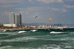 Fallschirme über dem Mittelmeer Stockbilder