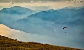 Fallschirme, die auf Himmel fliegen Stockfoto