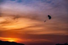 Fallschirme im Küstensonnenuntergang lizenzfreie stockfotos