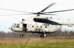 Fallschirmjäger springen. Hubschrauber Lizenzfreies Stockfoto