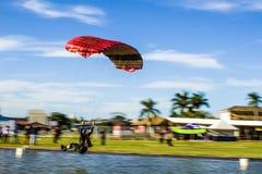 Fallschirmlandung im Wasser Stockbild