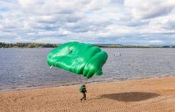 Fallschirmpullover auf einem Flügelfallschirm führen ein kontrolliertes desce durch Stockfotos