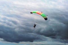 Fallschirmspringen stockbilder