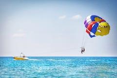 Fallschirmspringen in die Türkei Parasailing mit Boot über Meer in Alanya am schönen Sommertag Tropische Strand-Ferien Stockfoto