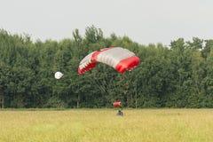 Fallschirmspringer auf einem Gebiet Stockfotos