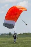 Fallschirmspringer, der die Landung auf einem Gebiet nachläuft Lizenzfreie Stockfotografie